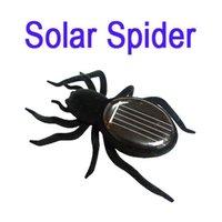 Schwarze Spielzeugspinne auf Solarenergie Solarbetriebene Spinnenspinne